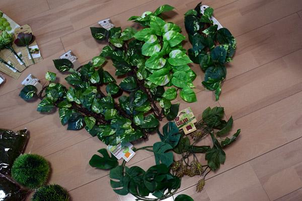 長いツタ植物のフェイクは便器や壁の白を埋めるために購入