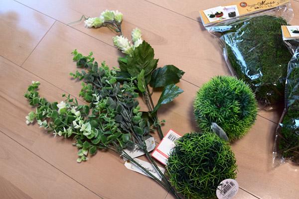 床の白さを埋めるために、左のスモーキーなオシャレ植物は花瓶に挿して、右の丸いフェイクの芝は無造作に転がして置くことにする