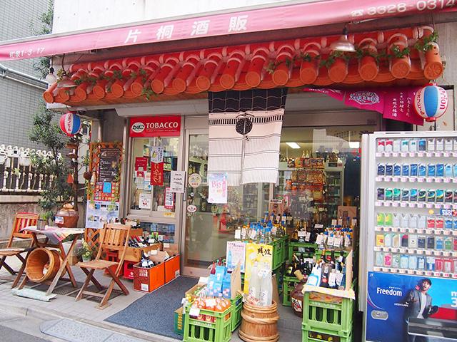『片桐酒店』の軒先。赤瓦が沖縄っぽい