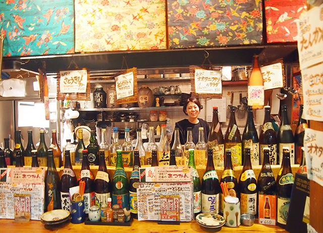『沖縄酒場SABANI (サバニ)』と、店員のお姉さん。ぜひカウンターで飲みたいお店