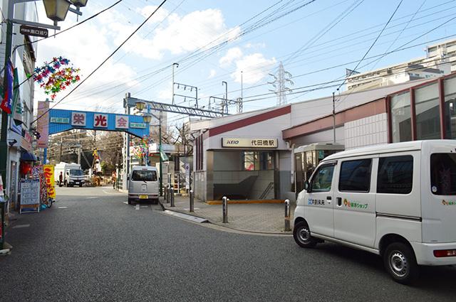 代田橋駅は地上駅。それだけで明るい気分になるのは筆者だけでしょうか