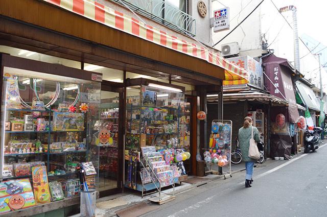 商店街の様子。こちらは『丸安玩具店』