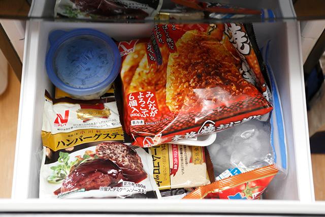 「冷凍食品のパッケージでカラフル過ぎますね~」と指摘する丸山さん。一見すると安い冷凍食品も自炊のコスパには及ばない