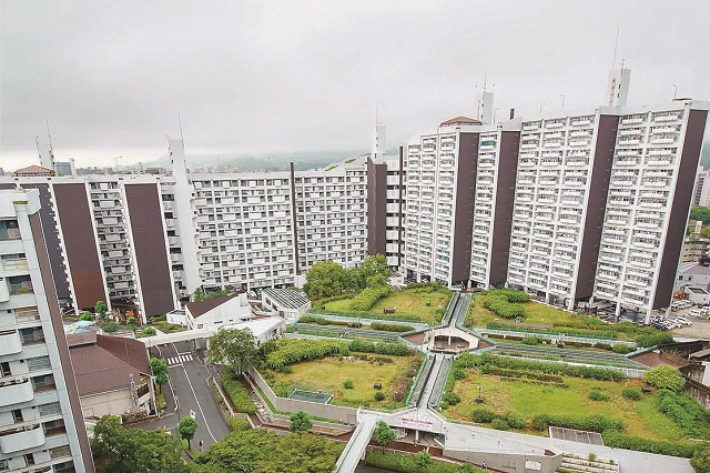 ~10年がかりの再開発事業によって、 高層アパートの立ち並ぶ団地に生まれ変わろうとしている~と作中で描写される基町団地