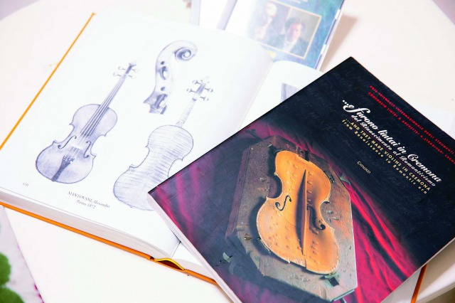 バイオリン図鑑には制作者や年代が記されており、それぞれの特徴を学ぶのだそう