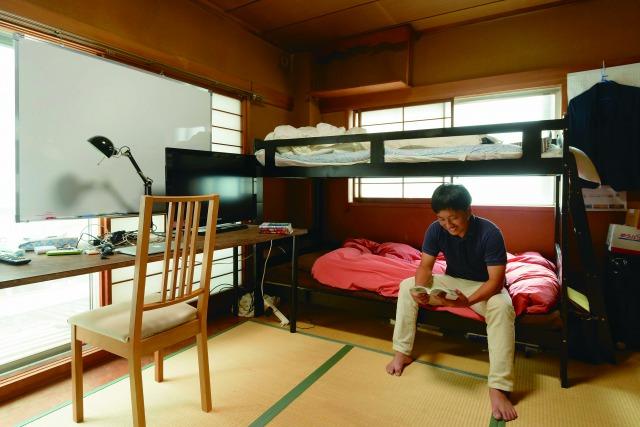 4階にある梶さんの寝室は、他のメンバー2名との相部屋。このビルでは11人のメンバーが暮らしている