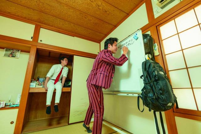 ネタ合わせの際にはホワイトボードを使用。同居する他の芸人が浅沼さんの部屋に来ることも