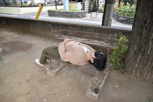 公園のベンチで解放される