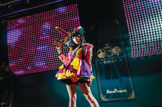 仮面女子は3つのユニットに分かれており、常に観客動員数などを競い合う。神谷さんが所属する「仮面女子:スチームガールズ」は、スチームガンを使ったパフォーマンスがトレードマーク