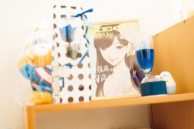 担当カラーである青色の物を贈られることも多く「自分でも自然と青いインテリアや小物を選ぶようになった」という斉藤さん