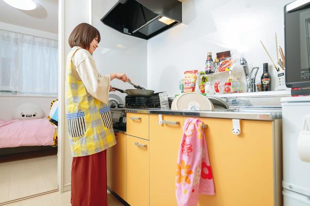 料理中の北出彩さん。料理するのは好きだという