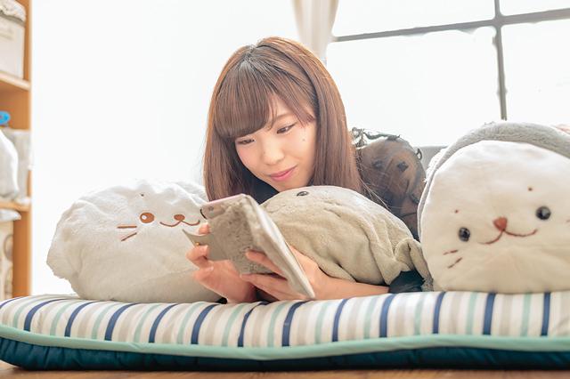 寝る時はふとん派。「スペースがないのもあるけど、まだ家具を買いそろえる余裕がないんです」と斉藤さん