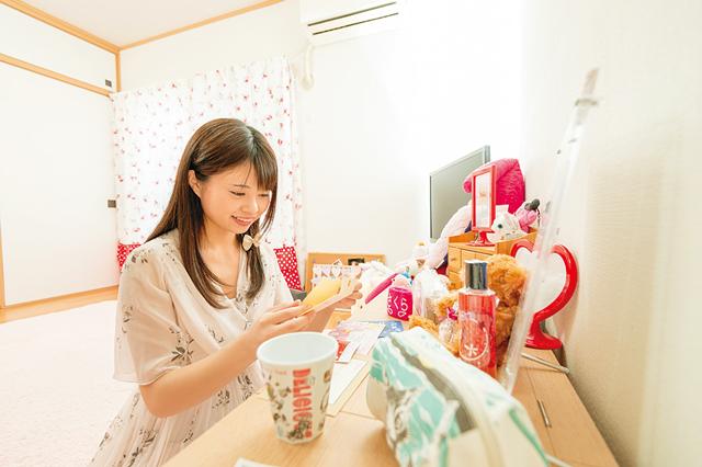 高浪さんの部屋には、ファンから贈られた手紙や大好きな猫グッズが飾られている