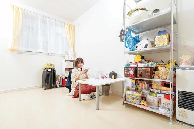 北出彩さんのお部屋。インテリアはシンプルなものが好き。棚は無印良品にて購入