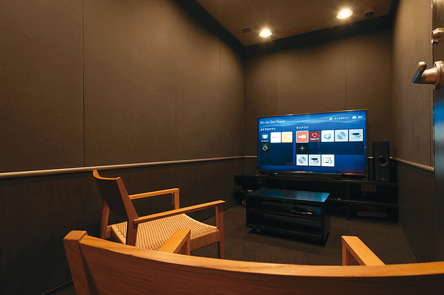 60インチの大型TVとYAMAHA製の大型スピーカーが完備されたOTOWA神戸元町のシアタールーム