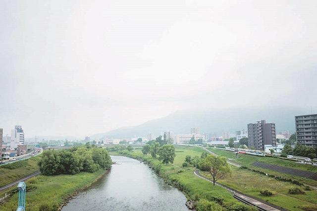 アーチ橋部分からは眼下を流れる豊平川周辺の景色を眺められる幌平橋