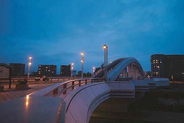 橋の上に橋があるようにも見える不思議なビジュアルの建造物だ