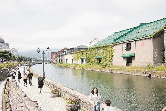 小樽運河。古い建物を上手く残した街並みが続く