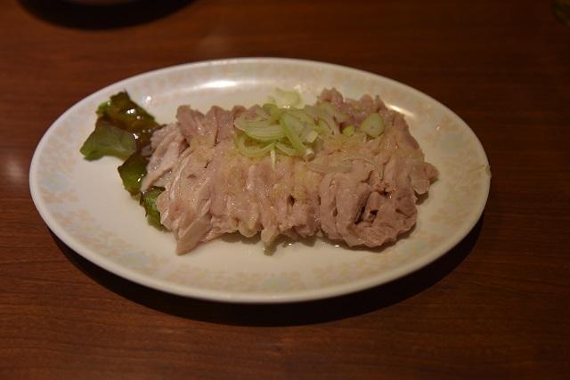 蒸し鶏はシンプルながら、噛むと濃厚な旨味がじゅわっと溢れ出す逸品|美叙飯店