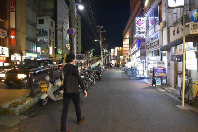 そして、ヨモギー氏は夜の街へ消えて行く