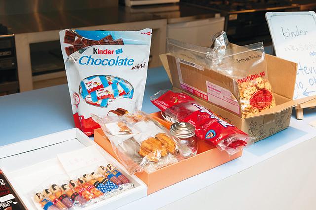 各国のお菓子や食べ物が並ぶお土産コーナーはEnglishShare180°金山ならでは