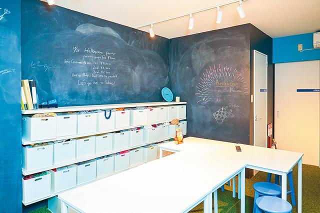 EnglishShare180°金山の共用リビング。壁が黒板になっているので勉強会の際に便利