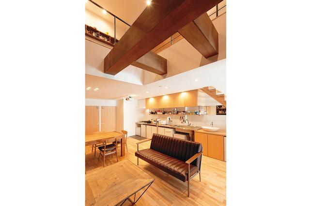 biblion高瀬川の共用LDK。キッチンには1人1つの冷蔵庫が設置されていて、時間が合えば一緒に夕食をとることも
