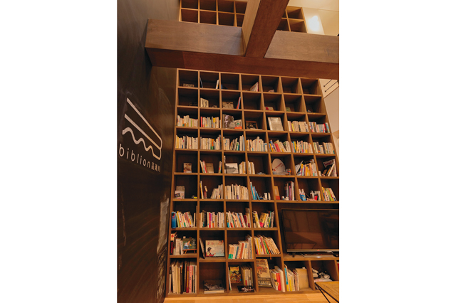 圧倒的な存在感を放つbiblion高瀬川の巨大本棚