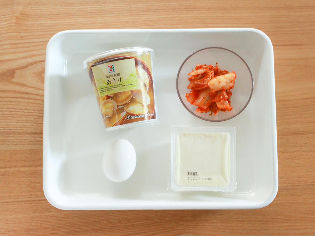 あさりの味噌汁+絹ごし豆腐+卵黄+キムチで即席スンドゥブチゲ