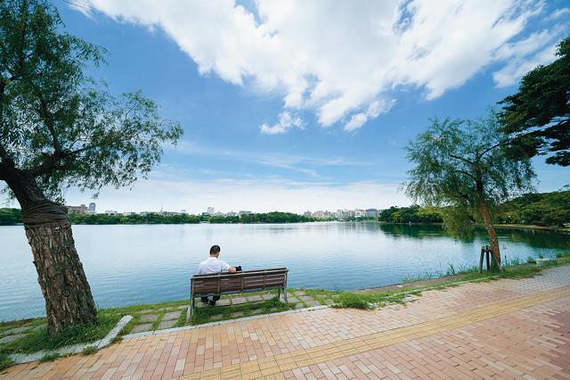 美しい池を眺めながらベンチでまどろみたくなる大濠公園