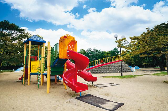 大濠公園は、児童遊園やボートハウス、美術館、日本庭園など施設も充実