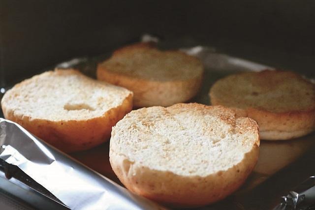 バンズは内側だけカリッと焼くことで具材の水分を吸収しにくくなり、食感も良くなる