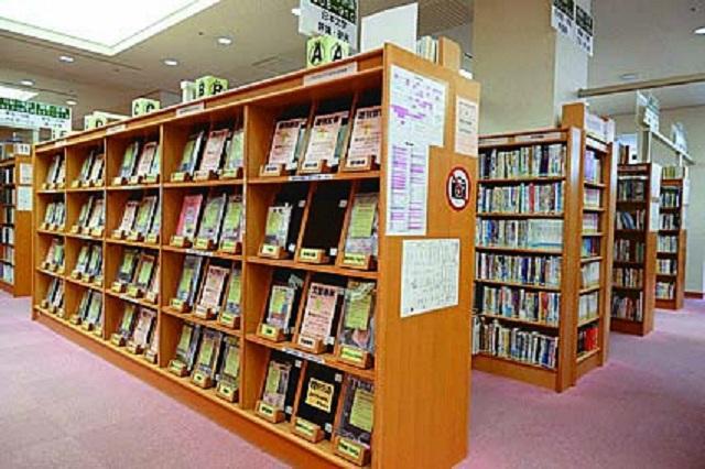小林駅から歩いて3分ほどの場所にある4階建ての大きな建物で、公民館が併設されている宝塚市立西図書館