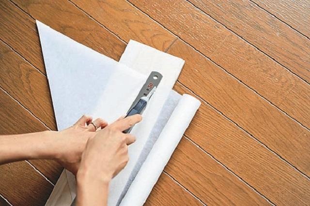 1.クッキングシートを三角に折ってカッターで切って広げ、正方形の紙を作る。これを使って「風船」を折る。