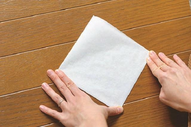 3.角を合わせてさらに半分になるよう四角に折る。