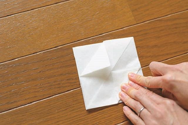 6.角を中央に向けて折る。裏面も同様に折る。