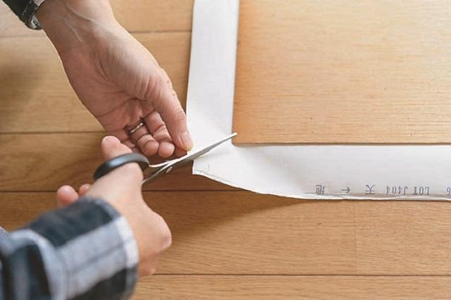 壁紙の四隅に切り込みを入れると折りやすくなる