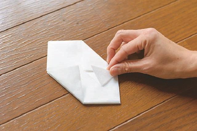 7.開いているほうの角を三角の袋の中に差し込む。