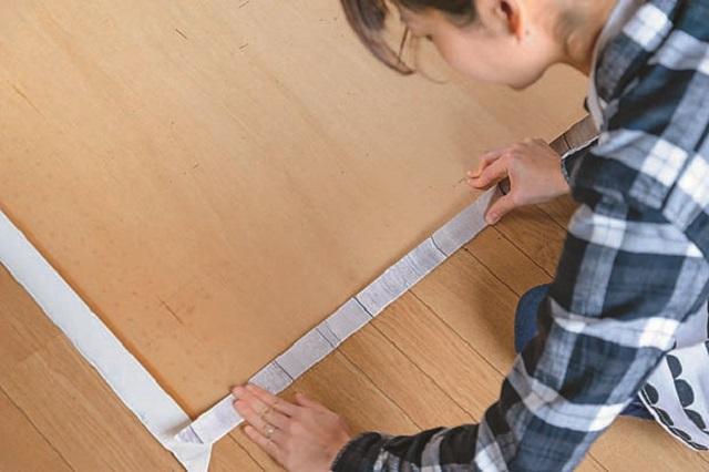 壁紙の端を裏側に折りたたんでしっかり貼り付ける