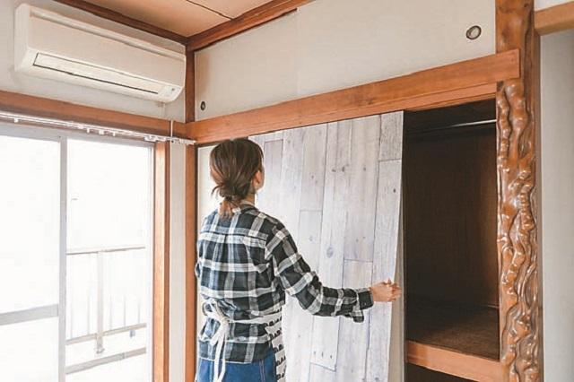 襖を押入に戻してから、襖の可動状況を確認しつつベニヤ板を貼り付けるのがポイント