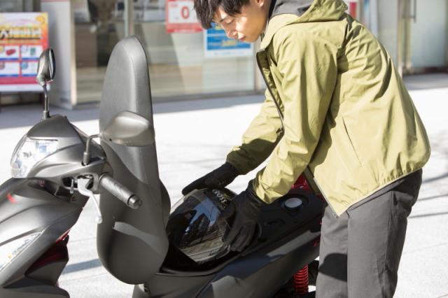 ヘルメットを持ち運ばなくて良いのはもちろん、ちょっとした荷物ならココにしまっておける