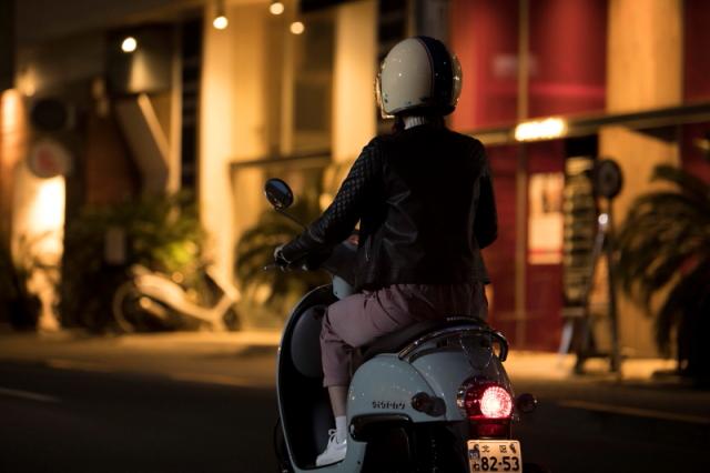 暗い夜道もスクーターでスピーディーに移動すれば怖くない