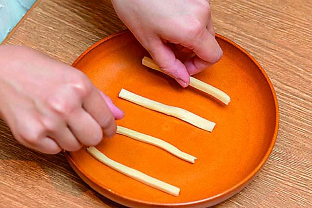 チータラは温めると溶けるので、隙間をあけて置こう|【コンビニ飯レシピ】コンビ二食材で作る簡単アレンジ料理のレシピを編集部が考案!