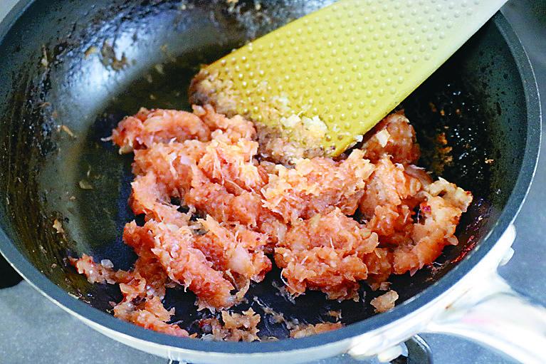 玉ねぎはすりおろしたものを飴色になるまで炒めることで、肉ダネの甘味とふんわり感が高まる|「ガスト」風のチーズINハンバーグのレシピ