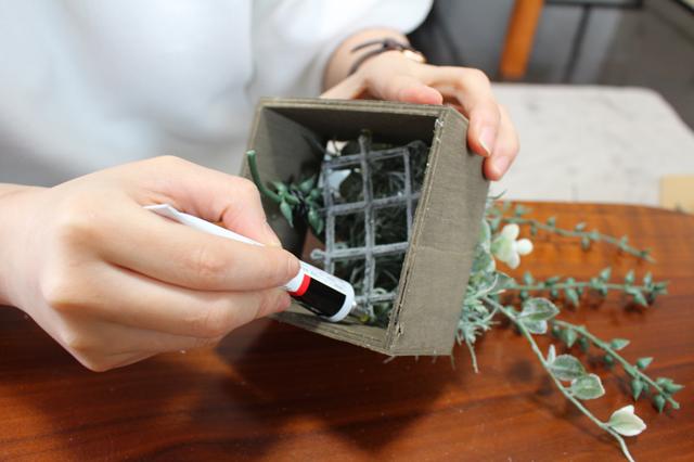 グリーンが出てこないようキューブボックスを裏返し、裏側から接着剤をつける。接着剤は気持ち多めくらいが◎