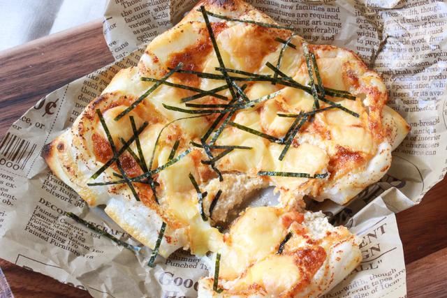 餅を薄くスライスしてピザの生地に。外側がカリッと、中はもっちりとした食感!