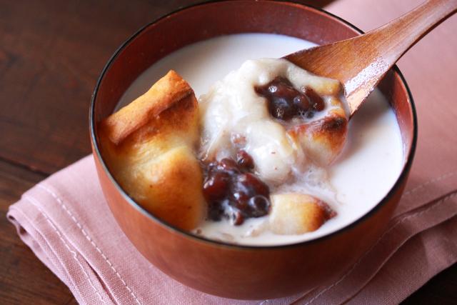 温かい牛乳に、あずきの優しい甘さが溶け込んだ冬にぴったりのおしるこ