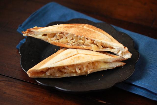 和食の肉じゃがを洋風にアレンジしてみよう!【コンビニ飯レシピ】肉じゃがスコップコロッケ&ホットサンド