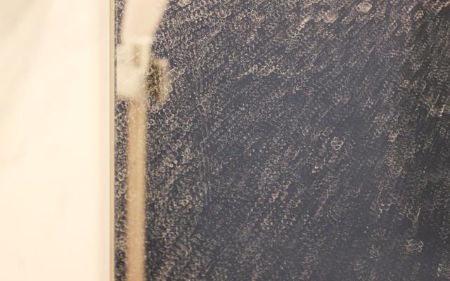 鏡の表面をおおうウロコ汚れ。とても汚れている……