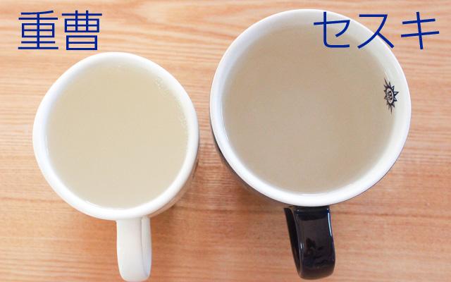 熱湯をコップに注いだ。左が重曹、右がセスキ